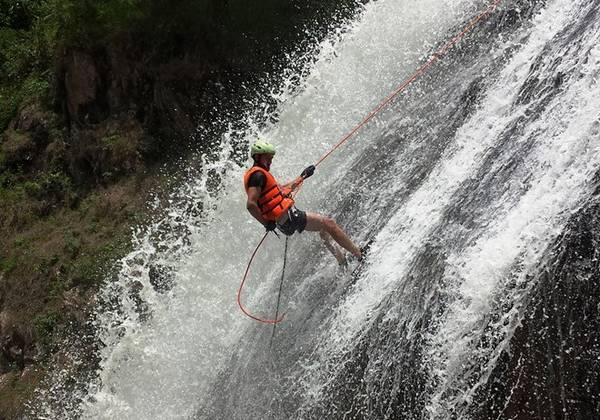 Đu dây xuống thác hiện chỉ khai thác ở thác Danlanta. Trong trò chơi này, ngoài vách đá cheo leo, người chơi còn đối diện với dòng nước chảy thẳng vào mặt. Ảnh: Greenadventure.