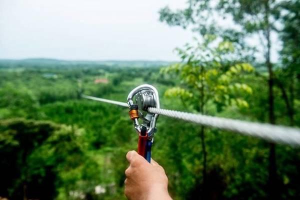 Zipline là trò đu dây mạo hiểm buộc người chơi vượt lên nỗi sợ độ cao. Giây phút quan trọng nhất của zipline là khi người chơi lao mình từ đỉnh núi. Ảnh: Thanhtanalbahue.