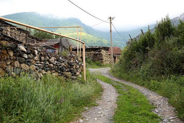Con đường dẫn vào ngôi làng - Ảnh: flickr