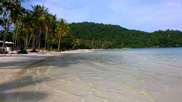 2. Bãi Sao – Phú Quốc: Được xem là bãi biển đẹp nhất Phú Quốc, cát biển ở Bãi Sao không mang màu vàng như biển Nha Trang, hay vàng đậm ngả sang nâu như biển Vũng Tàu, mà là màu trắng tinh và mịn như kem. Bãi Sao nằm gọn trong vòng tay trìu mến của hai dải núi thoai thoải mang đến không gian yên tĩnh và khí hậu trong lành cho du khách. Ảnh: Tiểu Duy