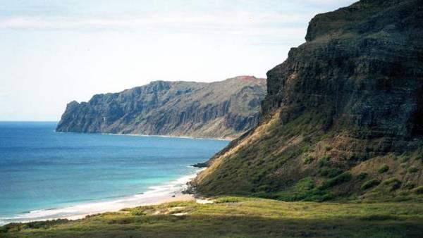 Có thể ngắm hòn đảo từ xa bằng trực thăng hay thuyền