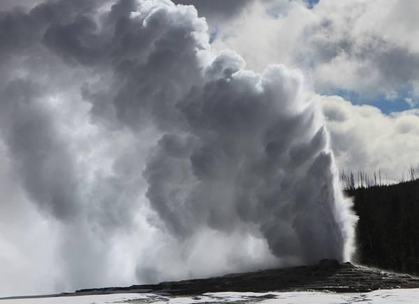 Mạch nước Old Faithful phun thất thường: Yellowstone sở hữu các mạch nước phun nhiều nhất thế giới. Trong số ấy, nổi tiếng nhất phải kể đến Old Faithful (Thủy chung) - cái tên được đặt dựa vào tần suất phun nước thường xuyên của mạch nước. Tuy nhiên, trong những thập niên vừa qua, thời gian giữa những lần phun nước đã dài hơn. Dù vậy, đây vẫn là mạch nước phun thường xuyên nhất trong số các mạch nước lớn - khoảng 17 lần một ngày.