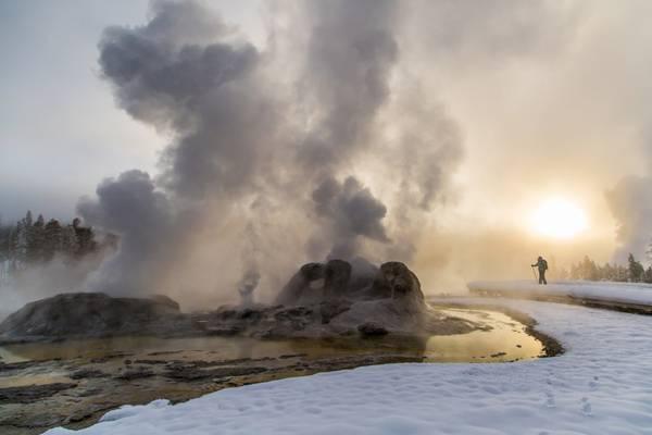 Lịch sử công viên đã bắt đầu cách đây 11.000 năm: Dù công viên mới chỉ được thành lập cách đây 144 năm, lịch sử loài người ở khu vực này đã lên tới hơn 11.000 năm. Những hóa thạch nguyên vẹn và lâu nhất được tìm thấy tại công viên được phát hiện bên bờ hồ Yellowstone. Người Mỹ đầu tiên khám phá ra Yellowstone là John Colter, một cựu chiến binh của đoàn thám hiểm Lewis & Clark. Sau nhiều năm xông pha tìm kiếm, Colter đã kể cho mọi người nghe về những hiện tượng tự nhiên lạ lùng ở đây. Nhưng đa số người nghe đều cho đó là chỉ là lời bịa đặt.