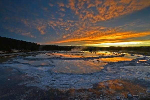 Yellowstone là một siêu núi lửa: Một trong những núi lửa lớn nhất thế giới còn hoạt động nằm tại đây. Núi lửa phun lần đầu ở Yellowstone cách đây 2,1 triệu năm, bao phủ muội than lên khoảng 15.000 km2. Đây là một trong những vụ phun trào lớn nhất từng được biết đến, biến Yellowstone trở thành một siêu núi lửa (thuật ngữ chỉ núi lửa có sức phun trào hơn 1000 km3 magma). Dù núi lửa vẫn đang hoạt động, lần phun trao cuối cùng ở nơi này đã cách đây 70.000 năm.