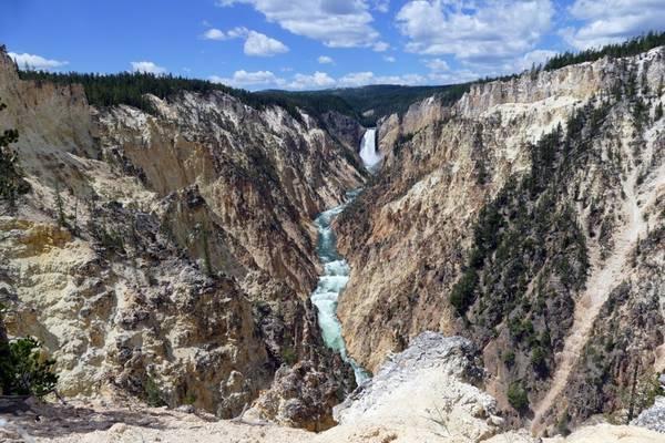 Yellowstone cũng có một Grand Canyon: Grand Canyon không chỉ có ở Arizona, mà còn có một người anh em tại Yellowstone. Hẻm đá bị sông Yellowstone bào mòn, sâu 300 m, rộng khoảng 450 m, và dài khoảng 32 km. Một trong những khung cảnh đẹp nhất ở Yellowstone nằm tại hẻm núi ở Artist Point.