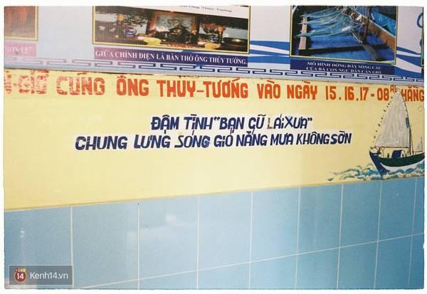 Description: Đọc câu thơ ghi trên tường mới thấy được ước nguyện của những người dân chài nơi đây. Ảnh: Kenh14