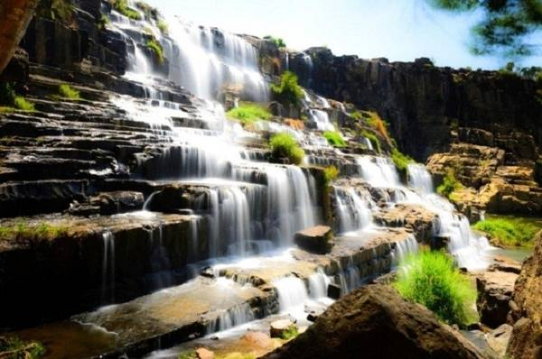 1. Thác Bảy Tầng: Thác Bảy Tầng, còn có tên gọi khác là thác Pongour thuộc huyện Đức Trọng, tỉnh Lâm Đồng. Đây là một trong những thác nước đẹp tại Việt Nam, thác chảy từ độ cao 40 m và rộng khoảng 100 m. Những dòng thác đổ xuống các bậc đá bảy tầng tạo một cảnh tượng vừa hùng vĩ vừa ấn tượng và độc đáo. Xung quanh thác được bao bọc bởi hệ thống rừng nguyên sinh xanh tốt với nhiều thảm thực vật phong phú, đa dạng. Đặc biệt vào rằm tháng giêng âm lịch hàng năm, nam thanh nữ tú ở mọi nơi về đây trảy hội tạo nên không khí sống động, vui tươi nơi đây. Ảnh: Dulichdalat.