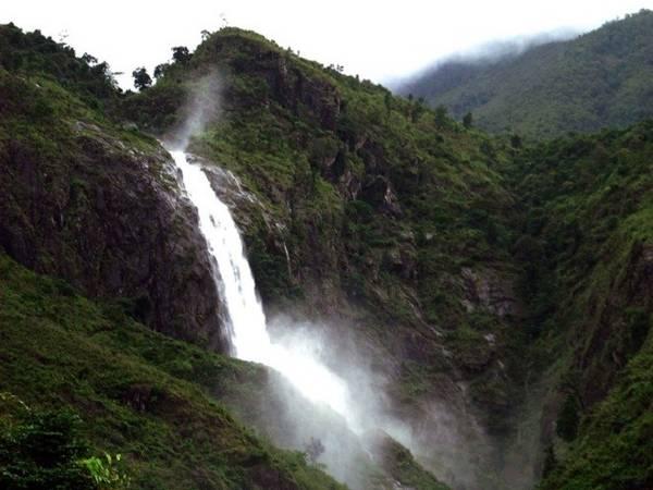 3. Thác Tác Tình: Thác Tác Tình thuộc tỉnh Lai Châu, đây là một trong những địa điểm thu hút đông đảo khách du lịch trong, ngoài nước đến tham quan. Để đến được đây, du khách phải vượt qua con đường mòn dài 150 m. Nhưng đền đáp lại công sức của mọi người, chúng ta sẽ được chiêm ngưỡng một thác nước tuyệt đẹp mang nét đẹp hoang sơ, huyền bí với làn nước tung trắng xóa, vươn thả mình dưới cảnh rừng núi hùng vĩ. Ảnh: Laichautourist.