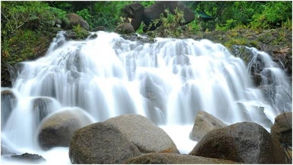 Description: 4. Thác Thủy Tiên: Nằm trên địa phận tỉnh Đăk Lăk, thác Thủy Tiên còn có tên gọi khác là thác Ba Tầng thuộc xã Ea Puk, huyện Krông Năng. Trong nhiều thác nước tại Đăk Lăk thì đây là một trong những thác nước có phong cảnh đẹp, nên thơ như một bức tranh sơn dầu. Thác có ba tầng nước cùng khung cảnh thiên nhiên hùng vĩ, hoang sơ kết hợp với nhiều khối đá hình thù độc đáo, các rễ cây đan vào nhau khiến nhiều người thích thú reo lên khi nhìn cảnh tượng lạ mắt này. Sự kết hợp giữa ba tầng nước khiến Thủy Tiên trở thành một địa danh không thể bỏ qua của du khách. Tầng thứ nhất hẹp, độ dốc cao với nhiều bậc lên xuống, tầng thứ hai trải rộng cùng nhiều bậc đá, tầng thứ ba chảy từ trên cao, bọt tung trắng xóa như một áng mây trôi giữa nền cây lá xanh thẳm. Ảnh: Dulichngamdoi.