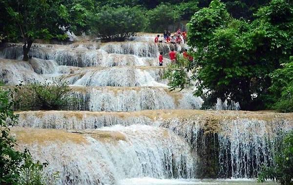 """5. Thác Mây: Thác Mây thuộc xã Thạch Lâm, huyện Thạch Thành, tỉnh Thanh Hóa - là thác với những câu chuyện tình yêu đầy lãng mạn nên có dịp bạn đừng quên ghé qua đây. Thác Mây có độ cao 100 m, đổ xuống qua 9 bậc thác gối lên nhau tạo nên những dải nước mềm mại uốn lượn đẹp đến từng phút giây. Thác còn có tương truyền về câu chuyện 9 nàng tiên xuống đây tắm, mỗi nàng tiên để lại một dấu chân và chính là 9 bậc thác, tượng trưng cho """"Chín bậc tình yêu"""". Vì vậy nhiều đôi lứa yêu nhau rủ nhau lên thác Mây tắm thì tình yêu sẽ ngày càng nồng thắm và nên duyên vợ chồng. Ảnh: Thethaovanhoa."""