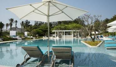 Khu hồ bơi xinh đẹp. Ảnh: iVIVU.com