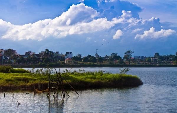 Nằm ở trung tâm thị xã Đắk Mil , tỉnh Đắc Nông, hồ Tây như một cô gái quyến rũ với vẻ đẹp vừa căng tràn sức sống vừa thùy mị, đằm thắm.