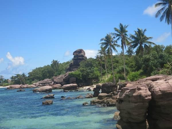Description: Để đến được đảo hoang này, cách duy nhất là đi tàu thuê từ cảng An Thới.