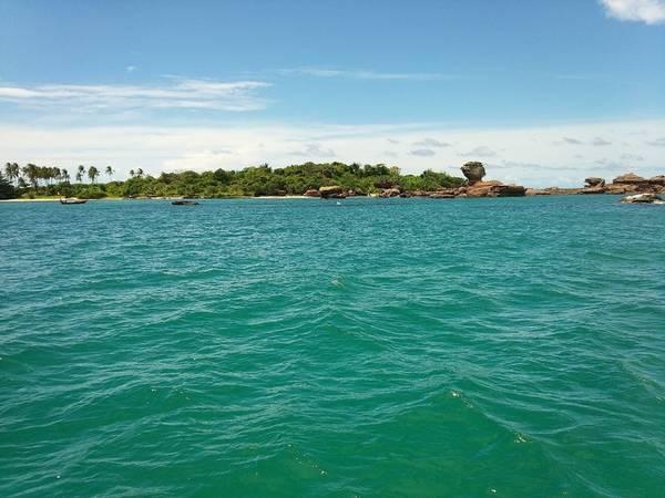 Description: Bãi biển ở đây rất đẹp và bạn sẽ cảm thấy như mình đang thực sự lạc vào chốn thiên đường.