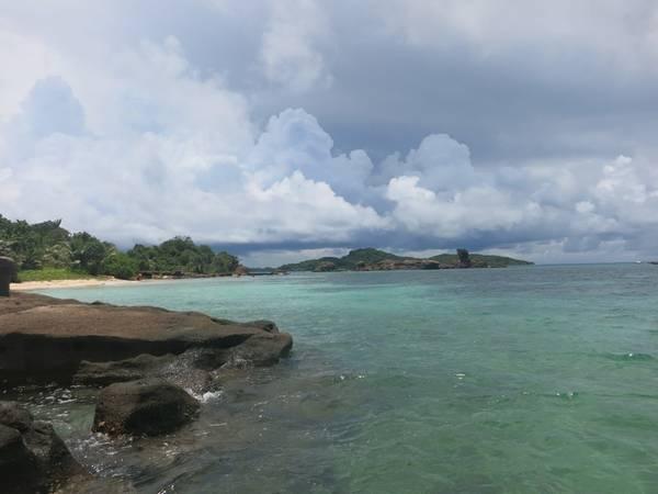 Description: Nước biển xanh màu xanh ngọc và hoàn toàn yên tĩnh, ít sóng do được nhiều đảo xung quanh che chắn.
