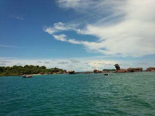 Description: Hòn đảo này có một vài bãi biển đẹp đến ngỡ ngàng và được bao quanh bằng rặng san hô.