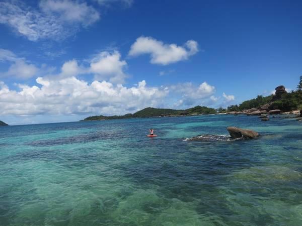Description: Nước biển xung quanh đảo trong vắt, có thể nhìn rõ đáy.