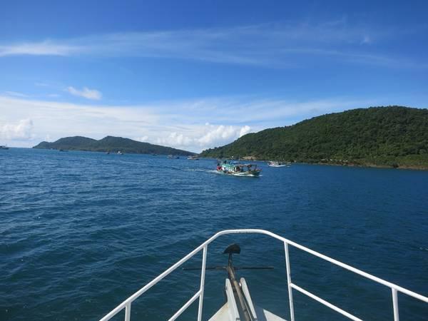 Description: Tàu rẽ sóng, cảng An Thới khuất dần sau lưng. Ai nấy như bị hớp hồn trước cảnh biển trời nơi đây. Biển xanh ngắt một màu, sóng nhẹ mơn man ôm lấy những hòn đảo hoang cô độc trong quần đảo An Thới.