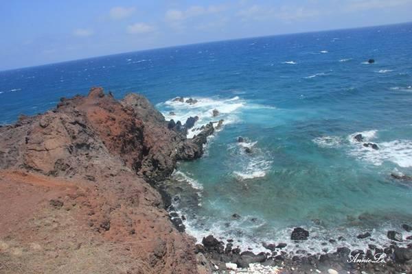Description: Xuôi theo đường vành đai quanh đảo, tiếp đến là Gành Hang với những bờ đá cao hùng vĩ.
