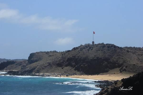 Description: Cột cờ Phú Quý đặt tại điểm xa nhất về phía đông của đảo.