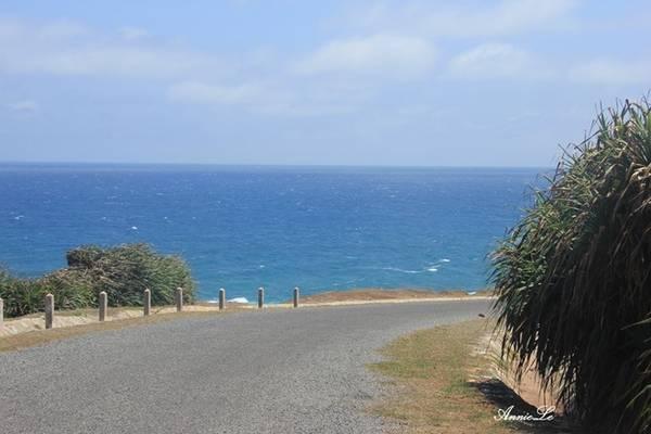 Description: Qua những khúc quanh, biển xanh ngắt hiện ra không hề báo trước, đem lại một sự bất ngờ ngọt ngào.