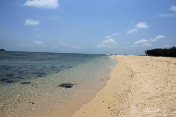 Description: Triều Dương là bãi tắm đẹp nhất trên đảo, với bờ cát trắng mịn, trải dài, biển trong xanh và ít đá.