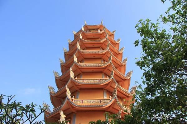 Description: Vòng hết một vòng quanh đảo, quay về hướng Tam Thanh, Ngũ Phụng, các bạn có thể ghé thăm chù Linh Quang, ngôi chùa lớn nhất trên đảo.