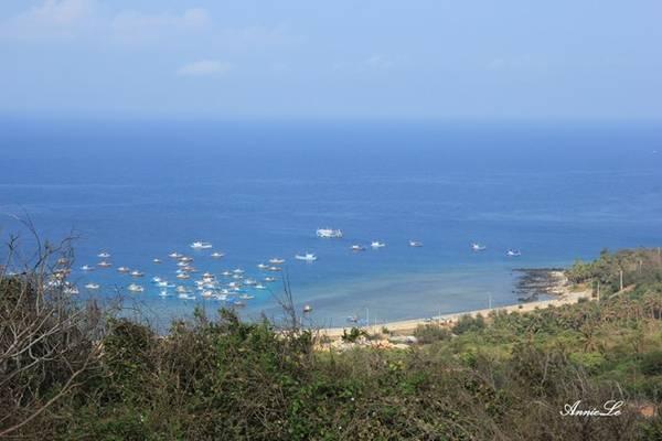Description: Bờ phía Tây của đảo nhìn từ núi Cấm.