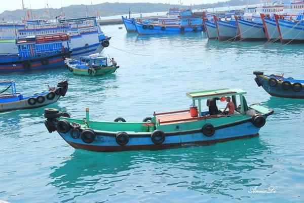 Description: Ngay khi đặt chân lên cảng chính, bạn sẽ thấy ngay làn nước xanh và trong vắt của biển Phú Quý.