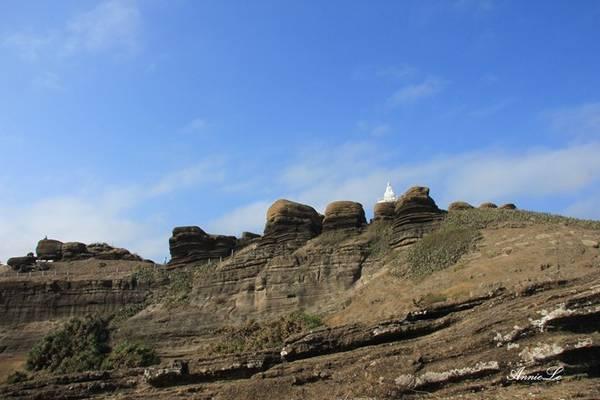 Description: Núi Cao Cát, một trong hai ngọn núi trên đảo, có những tảng đá hình thù kì lạ.