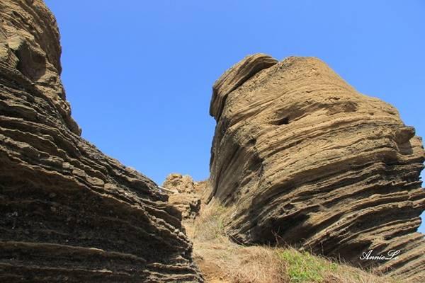 Description: N ham thạch núi lửa, cộng với sự xâm thực, bào mòn của gió đã tạo nên những rãnh vặn xoắn độc đáo cho Cao Cát.