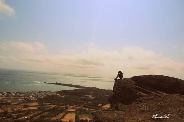 Description: Từ đỉnh Cao Cát, bạn có thể ngắm toàn cảnh làng chài Long Hải, thuộc bờ phía Đông của Phú Quý.