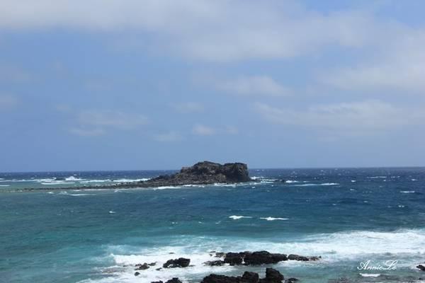 Description: Cách Cao Cát không xa là mũi Doi (Mộ Thầy) với bãi biển xanh ngắt.