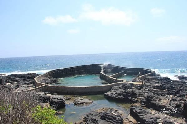 Description: Dọc hai bên mũi Doi, những hồ nuôi tôm, cá được xây dựng ngay trên bãi biển, thoạt nhìn như những đấu trường thời trung cổ.