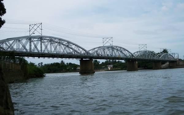 Ngoài ra, cầu còn là một điểm nhấn độc đáo về cảnh quan trên sông, b ất kể là vào ban ngày... Ảnh: Skyscrapercity.