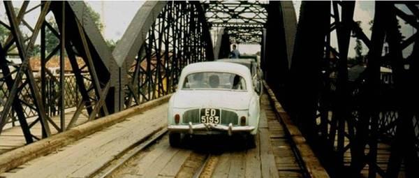 Theo lời kể của những người lớn tuổi, cây cầu được xây dựng chủ yếu bằng thủ công, chứ không phải theo cách xây dựng hiện đại ngày nay. Những công đoạn nguy hiểm khi xây dựng cầu khi đó đều do các công nhân người Việt được các kỹ sư người Pháp thuê làm. Ảnh: Tư Liệu.