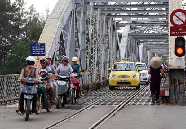 Trải qua hơn một thế kỷ, cây cầu vẫn được người dân Đồng Nai sử dụng hàng ngày như một tuyến đường huyết mạch. Hiện tại cầu Ghềnh là nhịp nối giữa hai bờ Cù Lao Phố (xã Hiệp Hòa, TP Biên Hòa) và phường Bửu Hoà (TP Biên Hòa). Ảnh: HuuThanh.
