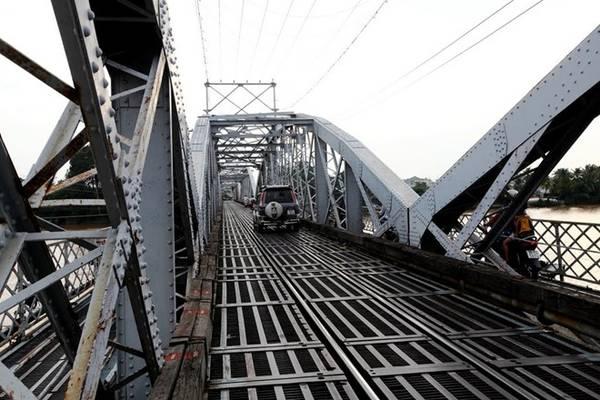 Cầu dài 223,3 m, có kiểu kiến trúc Gothic bằng thép rất kiên cố. Trên cây cầu, ngoài tuyến đường bộ, đường dành cho xe cơ giới còn có tuyến đường sắt Bắc - Nam. Ảnh: HuuThanh.