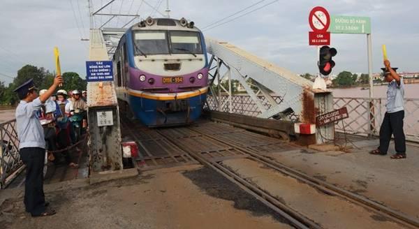 Trên cây cầu có đủ cả ba tuyến đường bộ, đường dành cho xe cơ giới và tuyến đường sắt Bắc - Nam. Ảnh: HuuThanh.