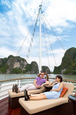 Thoải mái tậnhưởng những trải nghiệm tuyệt vời trên du thuyền.