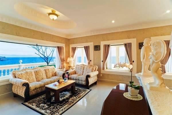 Từ phòng nghỉ và phòng khách, du khách có thể phóng tầm mắt về phía biển.