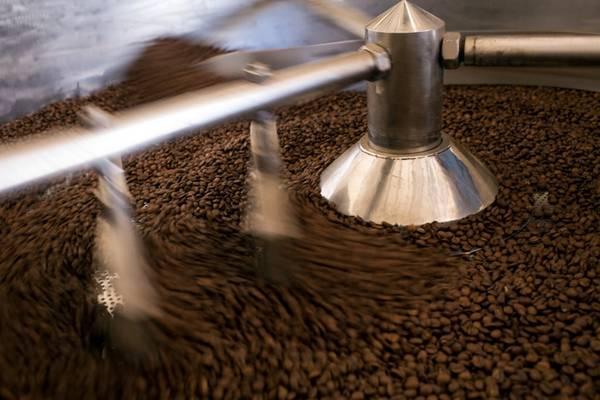 Hạt cà phê được rang thơm lừng.
