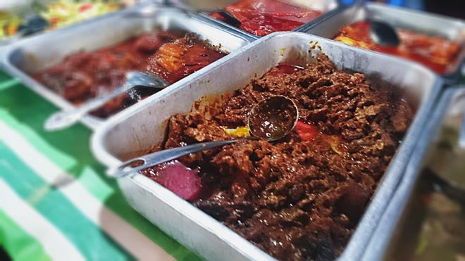 Nasi Kandar có nước sốt cà ri với gia vị cay nồng, ấm nóng. Món này ăn cùng cơm nóng và các loại thức ăn khác như thịt bò, thịt gà, tôm, trứng tráng, mướp tây, bầu đắng, cà… Giá tiền phụ thuộc vào số lượng và thành phần. Ảnh: Huỳnh Hằng