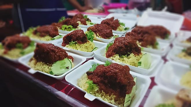 Koay Mooi Kee là cơm trắng ăn với cà ri. Bạn có thể yêu cầu cá chiên, gà rán và một số thức ăn khác tùy theo bạn lựa chọn. Giá 3 RM một hộp.