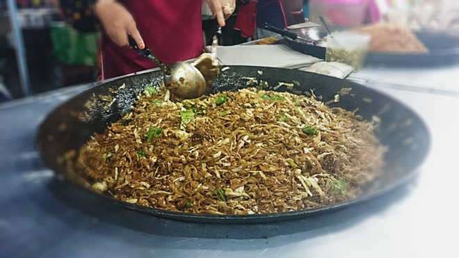 Char Kuey Teow: Món mì xào với cá, rau và các loại sốt có giá 3 RM một phần.