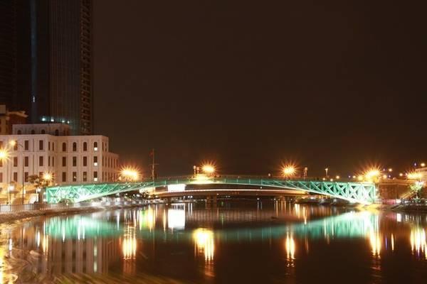 Cầu Mống hiện không còn là nơi lưu thông xe cộ, mà trở thành điểm hẹn hò lãng mạn của giới trẻ Sài Gòn. Ảnh: Như Quỳnh.