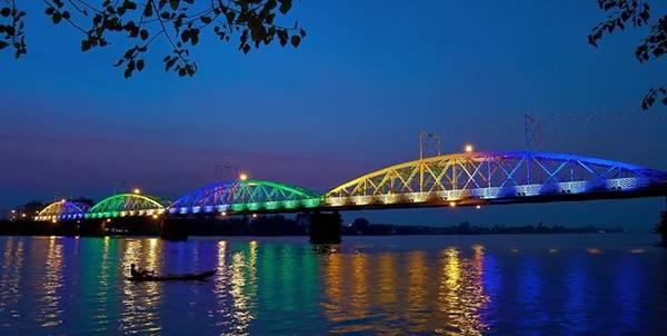 Cầu Ghềnh về đêm được thắp sáng lộng lẫy. Cây cầu đã gắn liền với cuộc sống của người dân TP Biên Hòa, Đồng Nai. Ảnh: Skyscrapercity.