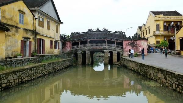 Cầu được các thương nhân Nhật Bản xây dựng vào khoảng thế kỷ 17. Đến năm 1653, phần chùa được dựng thêm, nối liền lan can phía Bắc. Từ đó cầu được người dân địa phương gọi là Chùa Cầu. Theo niên đại trên xà nóc và văn bia, cầu được xây dựng lại vào năm 1817. Ảnh: Girltweetsworld.