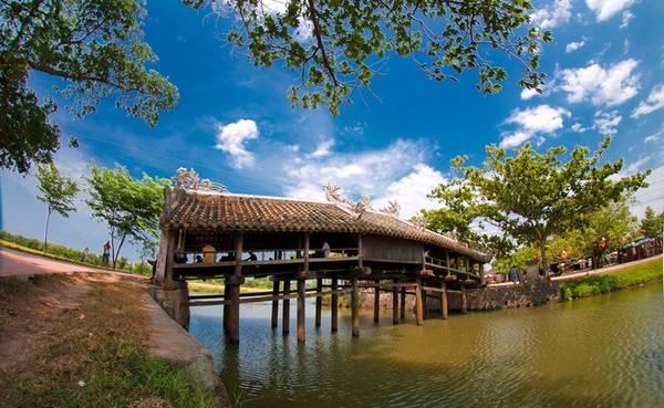 Cầu ngói Thanh Toàn, Thừa Thiên - Huế: Cây cầu gỗ bắc qua mương làng Thanh Thủy Chánh, xã Thủy Thanh, tỉnh Thừa Thiên - Huế, là một công trình quý hiếm và có giá trị nghệ thuật cao trong các loại cầu cổ ở Việt Nam. Ảnh: Hanoitv.
