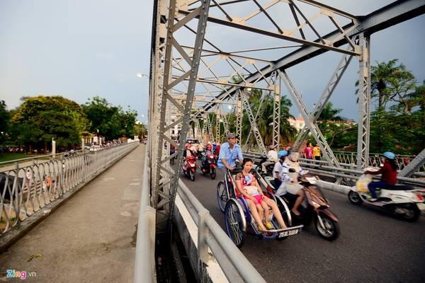 Cầu Trường Tiền đã trở thành một phần cuộc sống của người dân Huế, và là điểm tham quan không thể bỏ qua với du khách thập phương. Ảnh: Lê Hiếu - Mạnh Thắng.